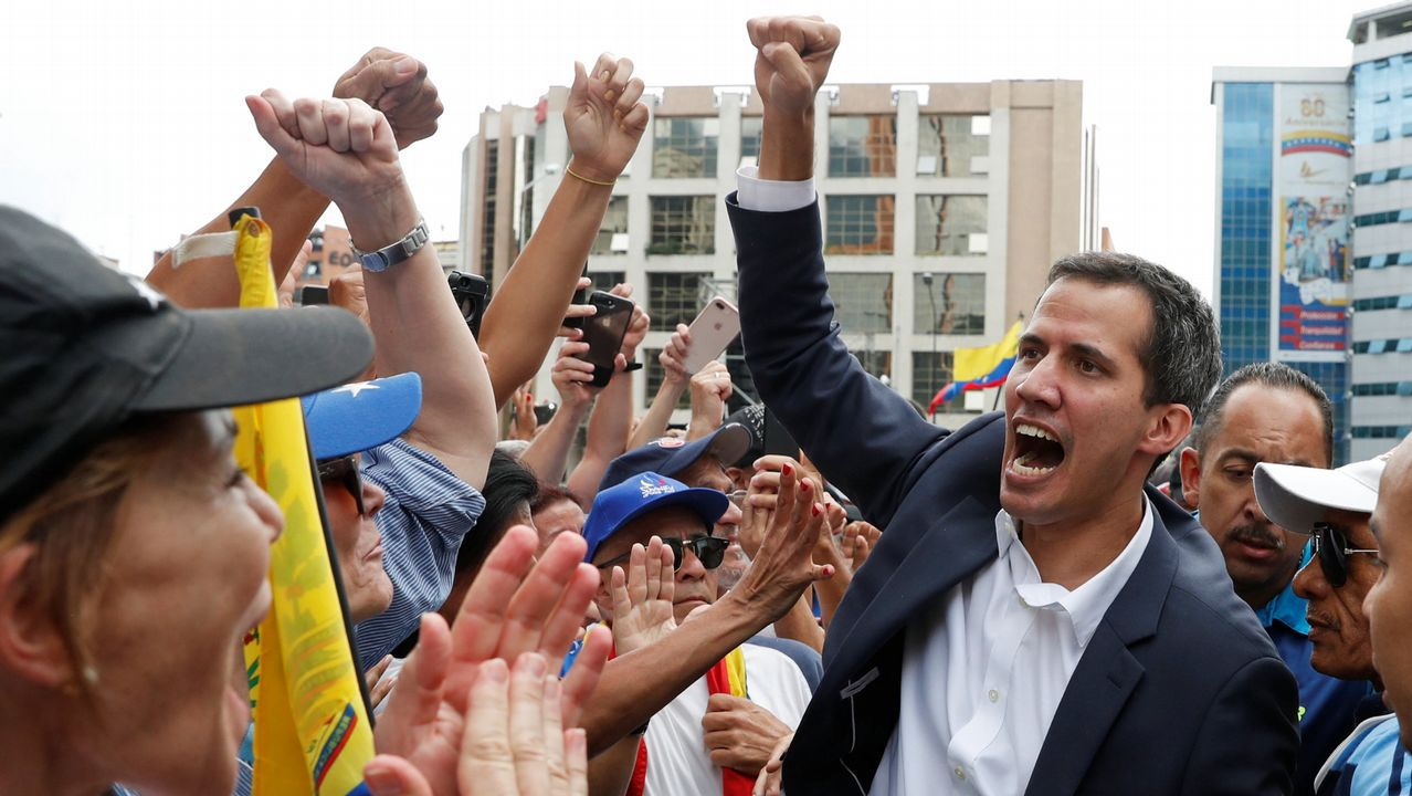 Juan Guaidóanuncia que asume la Presidencia de Venezuela.La presidencia difundió fotos de Maduro en las que llamó las maniobras mas importantes en 200 años