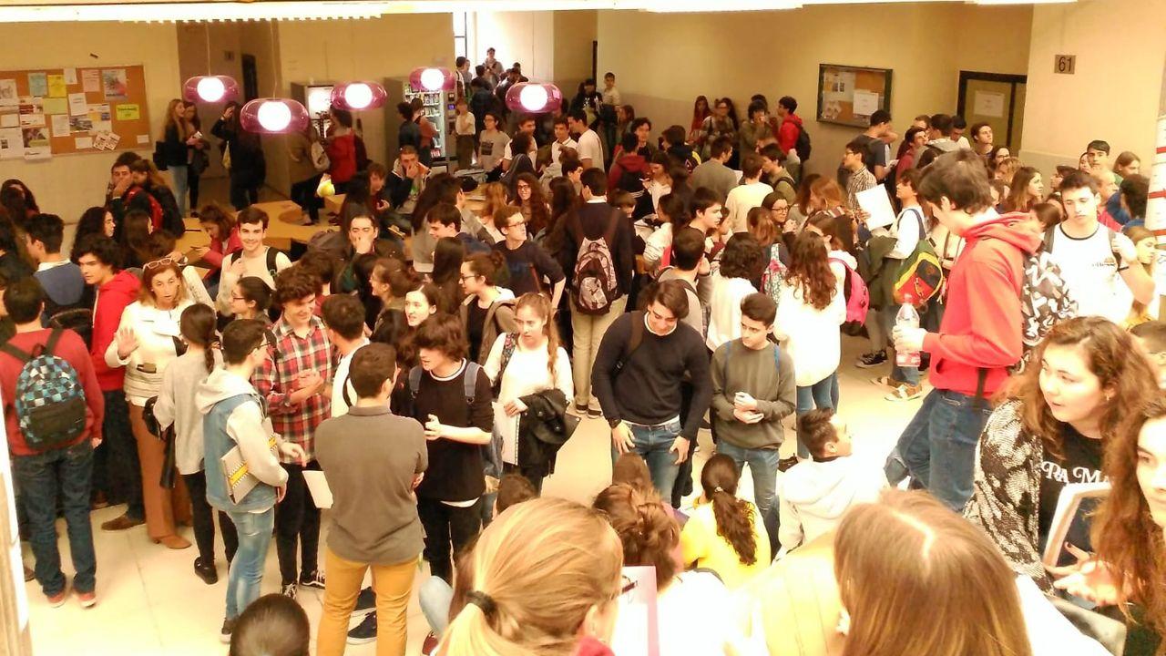 Los estudiantes esperan a entrar en las aulas para examinarse de la EBAU
