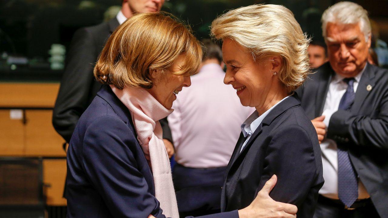 .La ministra de Defensa alemana, Ursula von der Leyen (dcha), saluda a su homóloga gala, Florence Parly