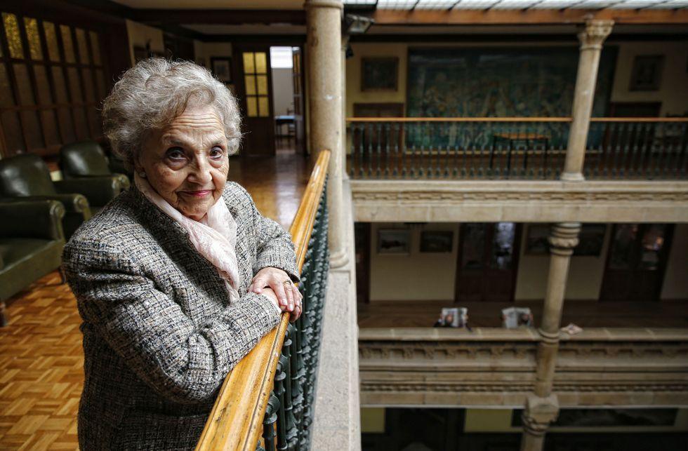 Bruselas, tomada por el ejército.Pilar Gallego, en el Liceo, lugar en donde comparte su afición por la filatelia.