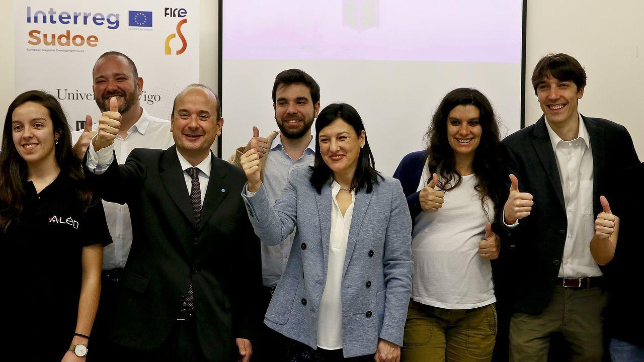 El equipo de la Universidade de Vigo celebra el exitoso lanzamiento del cohete con el satélite