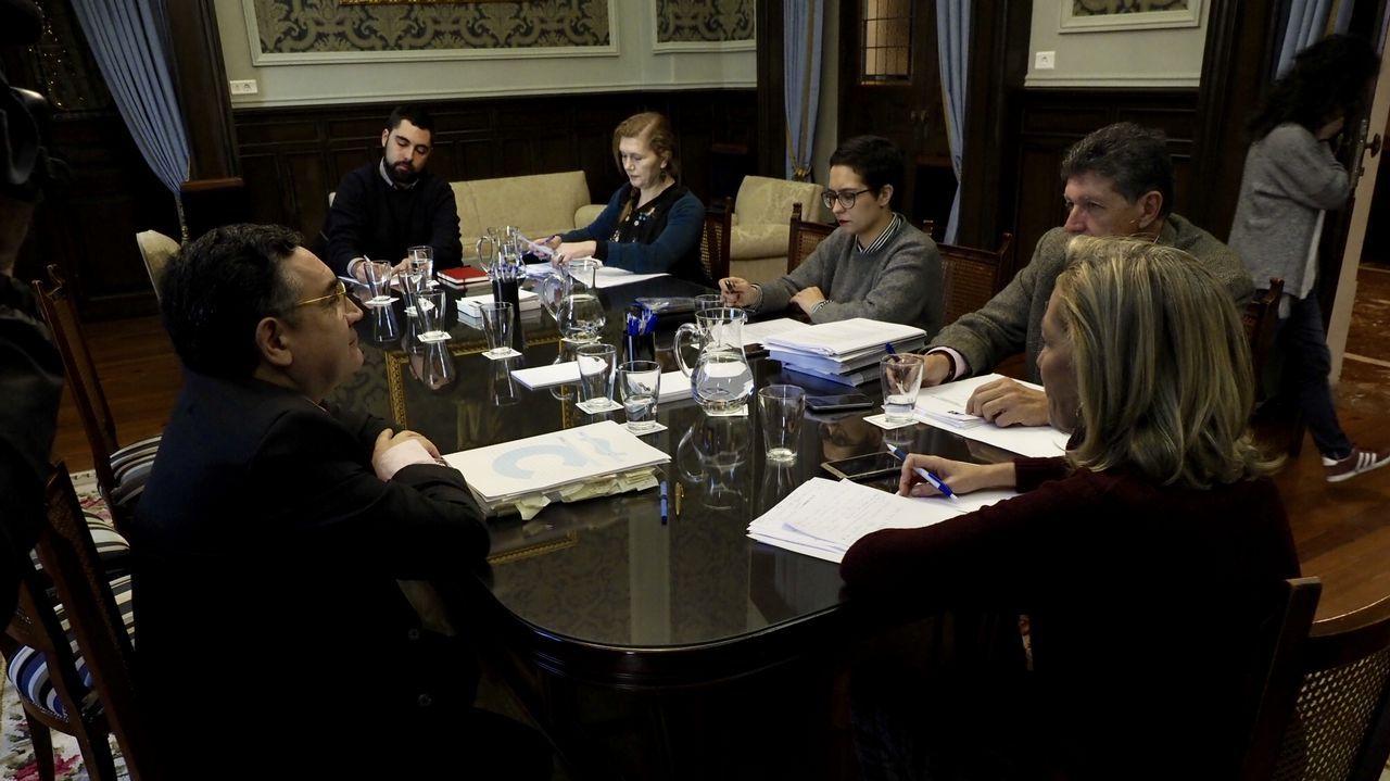 Xiao Varela, al fondo, reunirá hoy a la Comisión de Urbanismo para informar a la oposición de los dictámenes del Consultivo