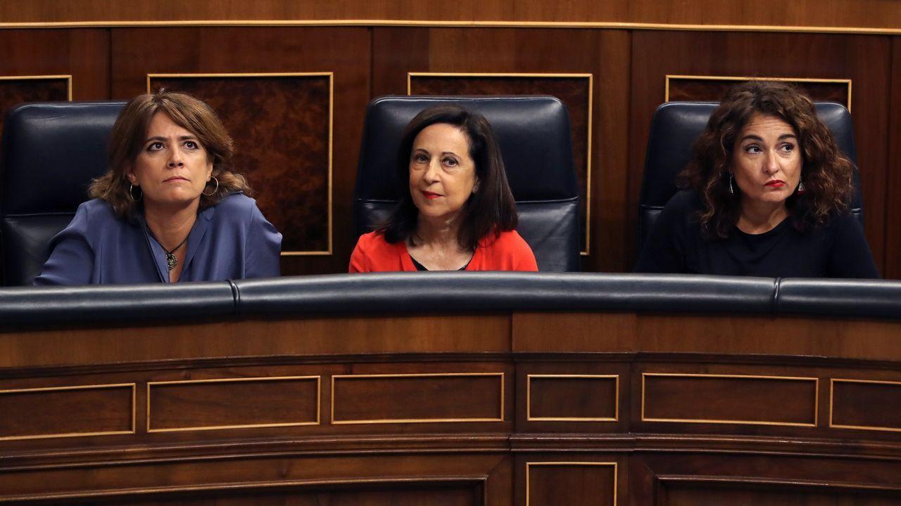 .La ministra de Justicia Dolores Delgado; la de Defensa, Margarita Robles; y la de Hacienda, Maria Jesús Montoro, al inicio de la sesión de control al Ejecutivo que hoy se celebra el Congreso