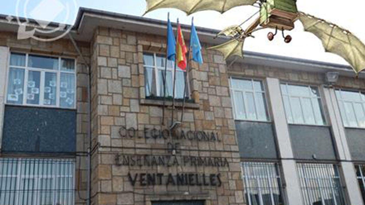 El alcalde de Oviedo, Wecenslao López, charla con el concejal de IU, Iván Álvarez, en la plaza del ayuntamiento y con Rubén Rosón (Somos) en segundo plano.Colegio de Ventanielles de Oviedo