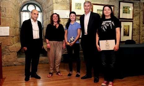 Las autoras del relato ganador (centro) y del accésit, con el alcalde eumés, en el Torreón dos Andrade.