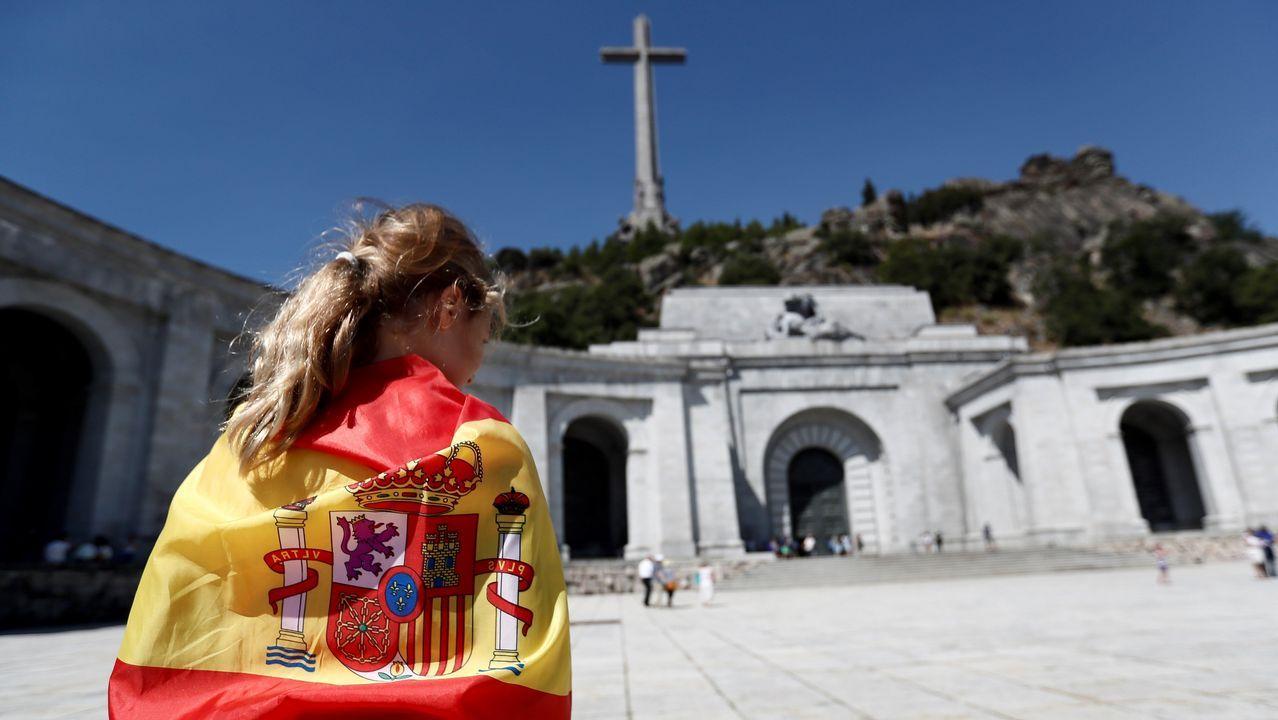 Una persona envuelta en una bandera en la explanada del Valle de los Caídos