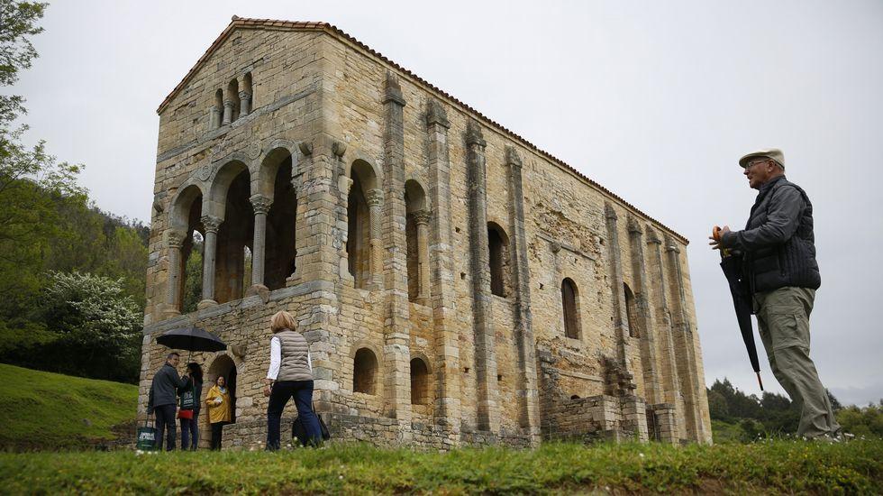 Rubén Rosón se dirige a Agustín Iglesias Caunedo, al término de un pleno de Oviedo.Monumento prerrománico de Santa María del Naranco