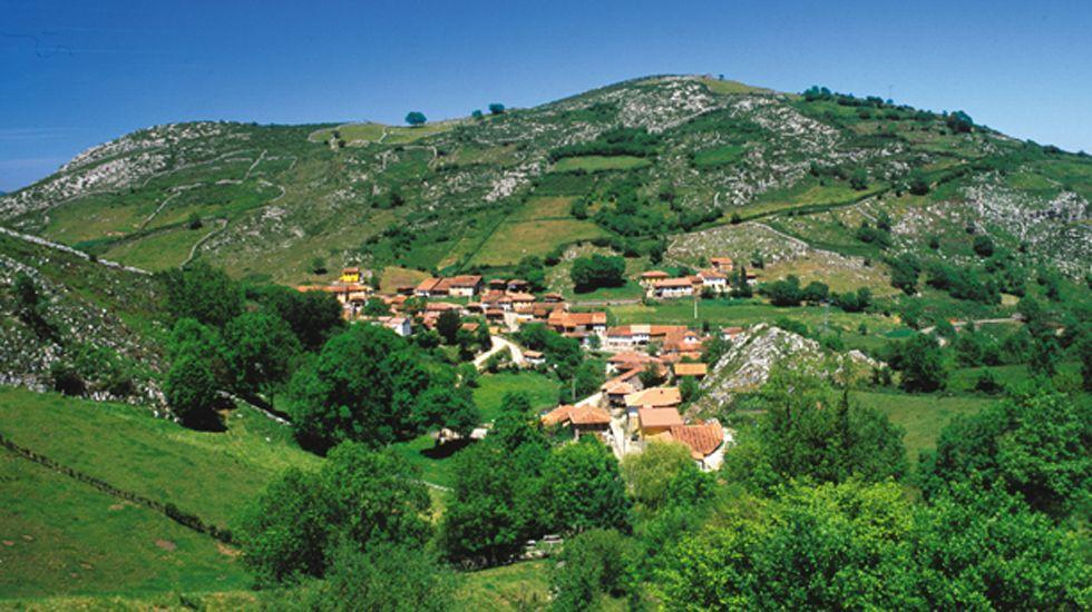 Carril de tren de Arcelor, en Veriña.Yernes y Tameza, el concejo con menos habitantes de Asturias