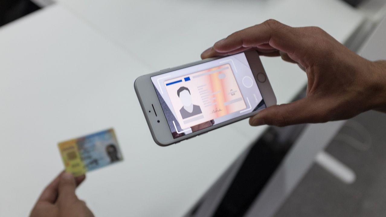 El nuevo iPhone desata la euforia.Alumnos de primero de ESO de Maristas