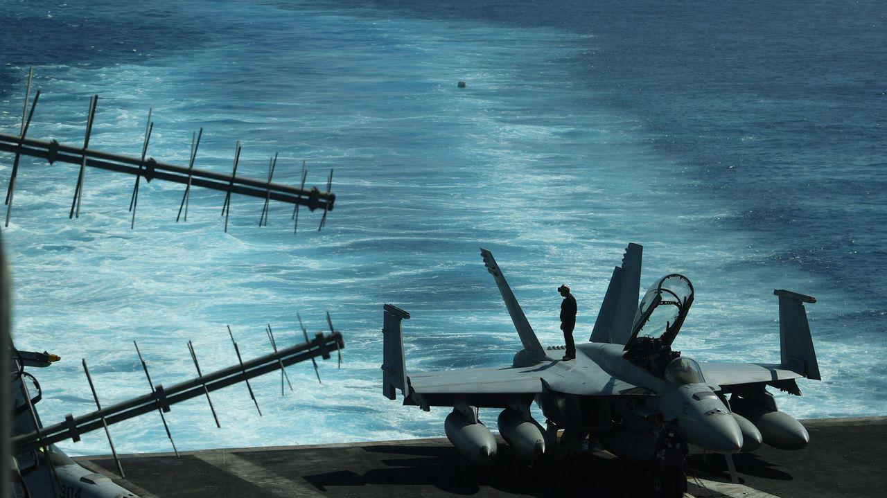 Un marine inspecciona un caza FA-18 durante un entrenamiento de rutina a bordo del portaaviones estadounidense Theodore Roosevelt en el sur de China.