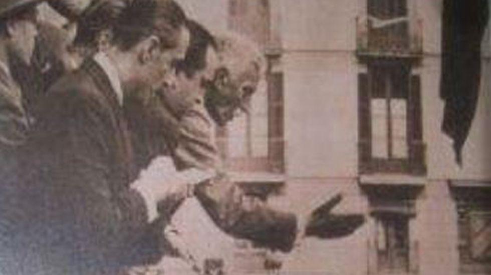 Proclamación ilegal. Se muestra una foto de Macià en el palacio de la Generalitat el 14 de abril de 1931 y se omite que está proclamando la República Catalana, incumpliendo la ley. Fue en diciembre cuando se aprobó la Constitución.