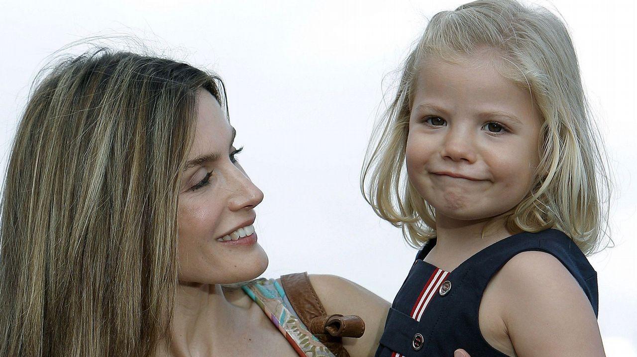 .La Reina Letizia junto a su hija la infanta Sofía a su llegada al concierto del cantautor mallorquín Jaume Anglada, en agosto de 2010