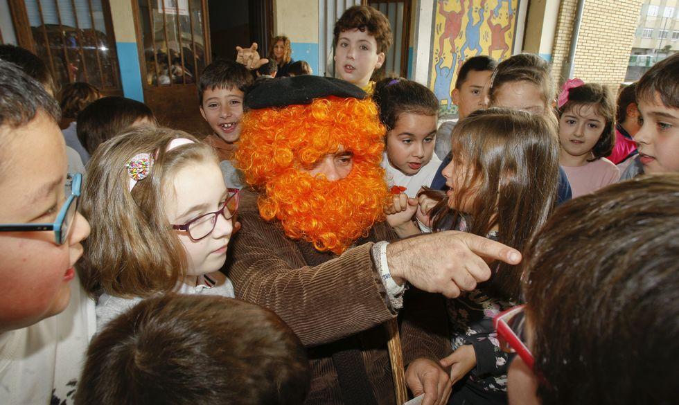 El tradicional personaje llegó ayer desde O Courel para estar con los niños de los colegios Fogar y A Cristina