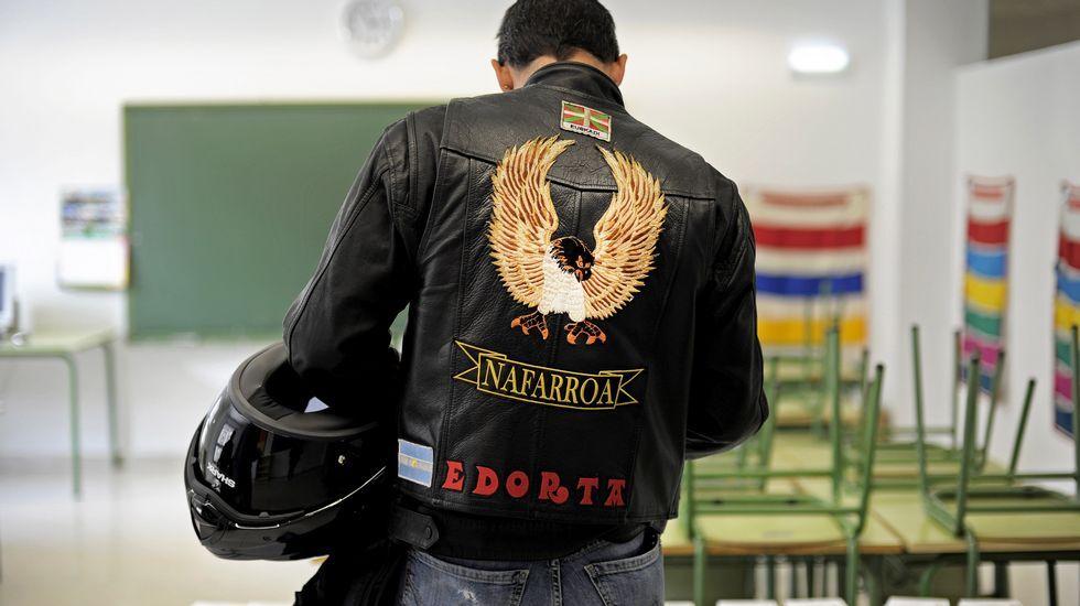 . Una persona ejerce su derecho al voto en un colegio electoral de Pamplona.