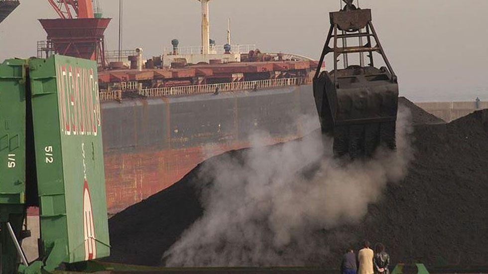Baterías de coque de la planta de Arcelor en Gijón.Un cargamento de carbón
