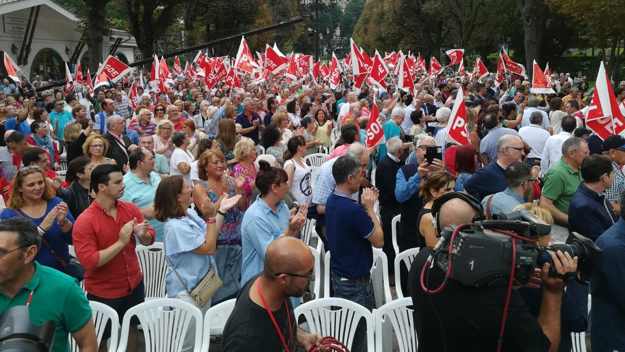 .Asistentes al acto de la campaña de Pedro Sánchez para reivindicar los logros de su Gobierno en Oviedo