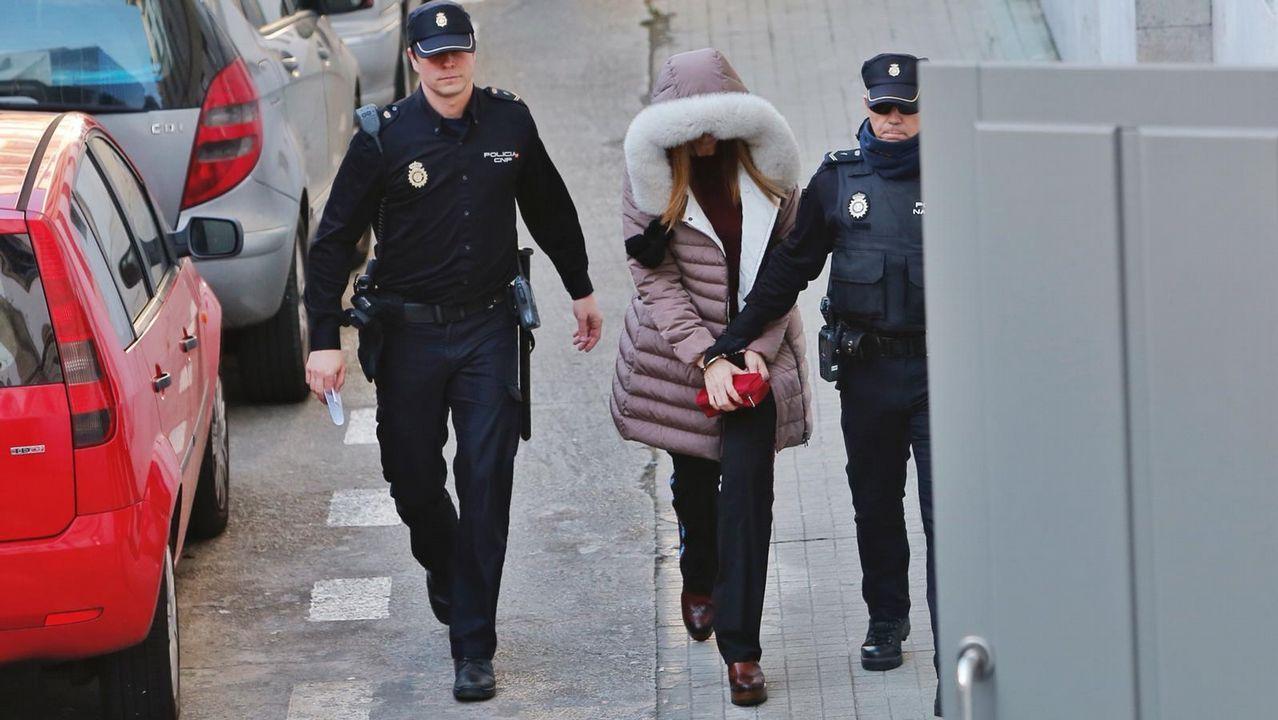 Llegada de Tania Varela para ser juzgada en la Audiencia de Pontevedra.Máquina de tatuar casera incautada en Teixeiro