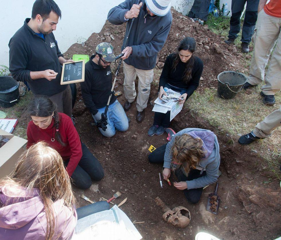 En la exhumación intervinieron forenses argentinos formados en la búsqueda de desaparecidos.