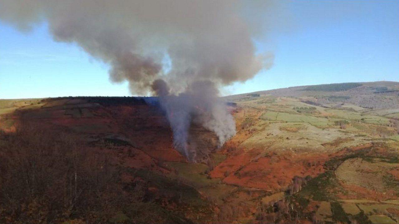El Corredor Lugo - Monforte a 80Km/h.Imagen publicada en la cuenta de twitter denominada Incendios Galicia sobre lo que parecen los primeros momentos del incendio de Noceda