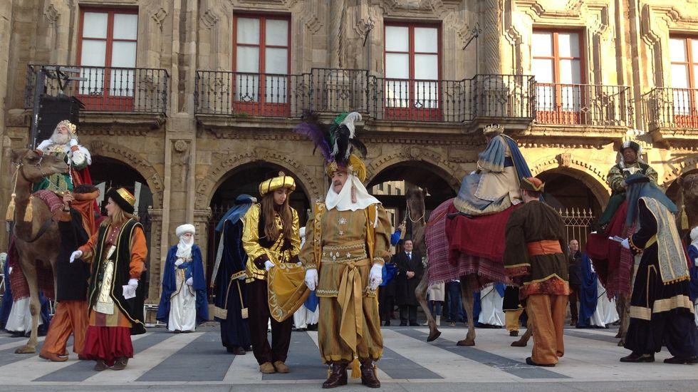 La comitiva real, formada frente al Palacio de Revillagigedo