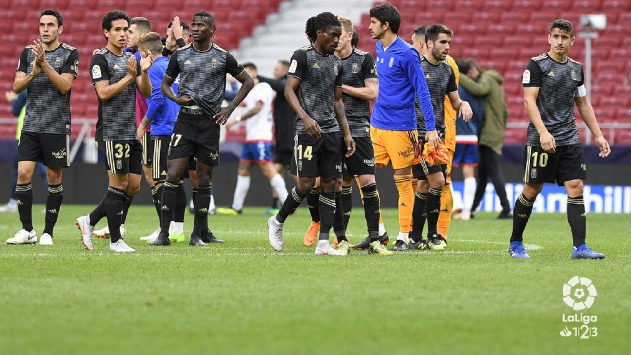 Jugadores del Oviedo saludan a la afición desplazada a Madrid