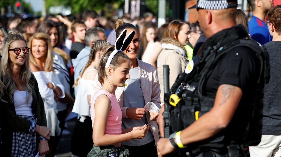 Asistentes al concierto entran al recinto entre fuertes medidas de seguridad