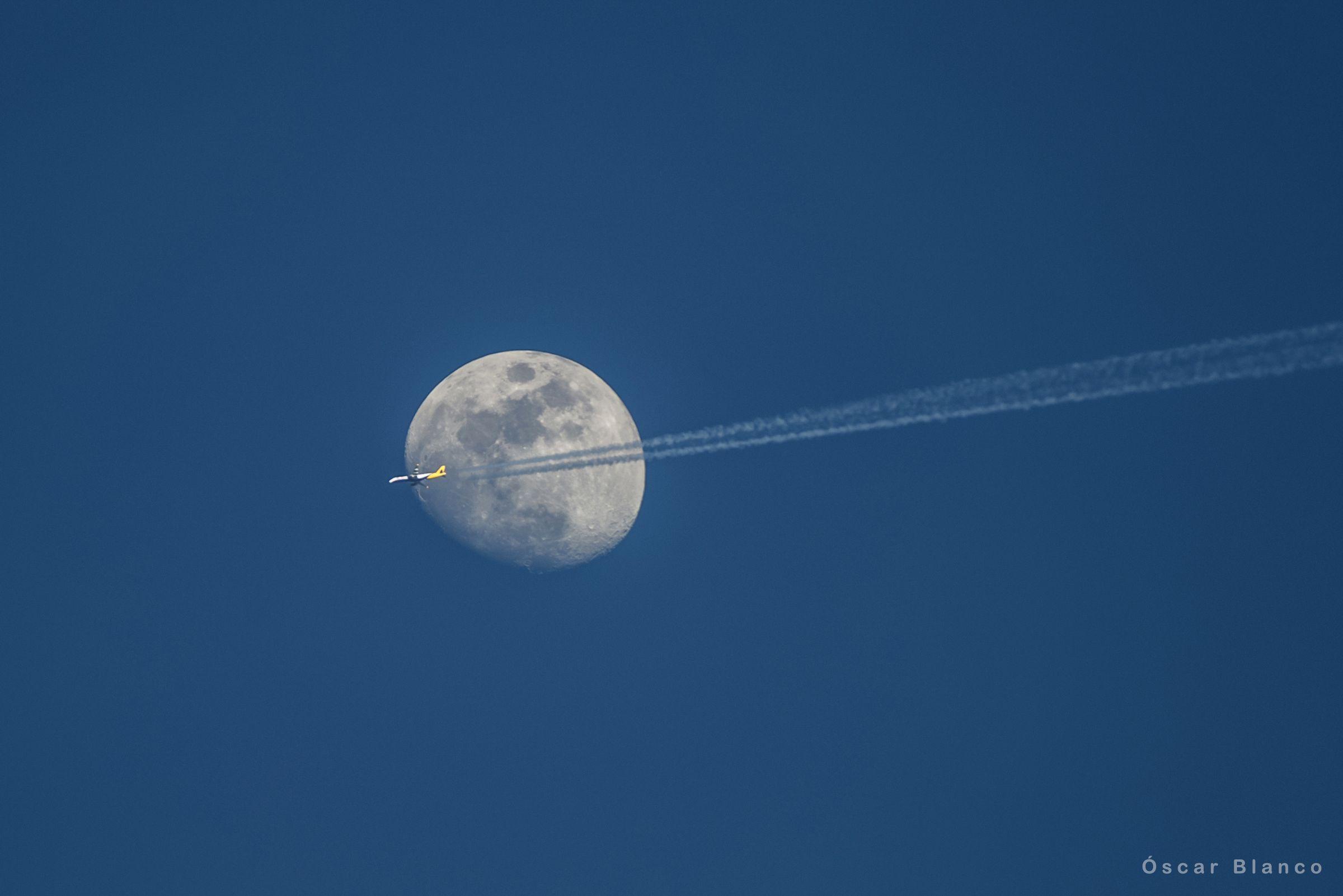 La Luna fotografiada de día desde A Coruña