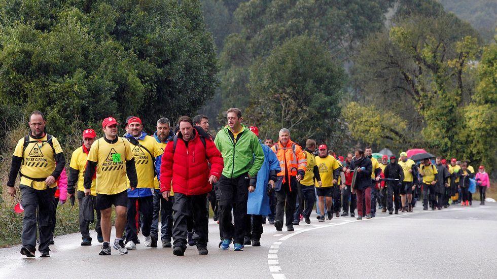 El lago Ercina, en Picos de Europa. Decenas de trabajadores de Alcoa Avilés y subcontratas participan en la marcha entre Avilés y Oviedo, vestidos con camisetas amarillas