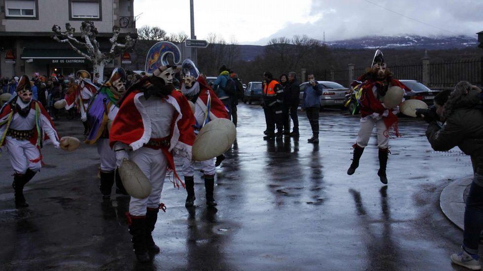 Mascarada ibérica.Cerca de 40 grupos y 800 personas participaron en la mascarada ibérica de Viana do Bolo