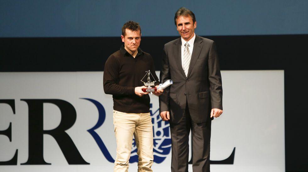 .Actividades subacuáticas: Pablo Otero. Entrega el premio Isidoro Hornillos, presidente de la Federación Gallega de Atletismo