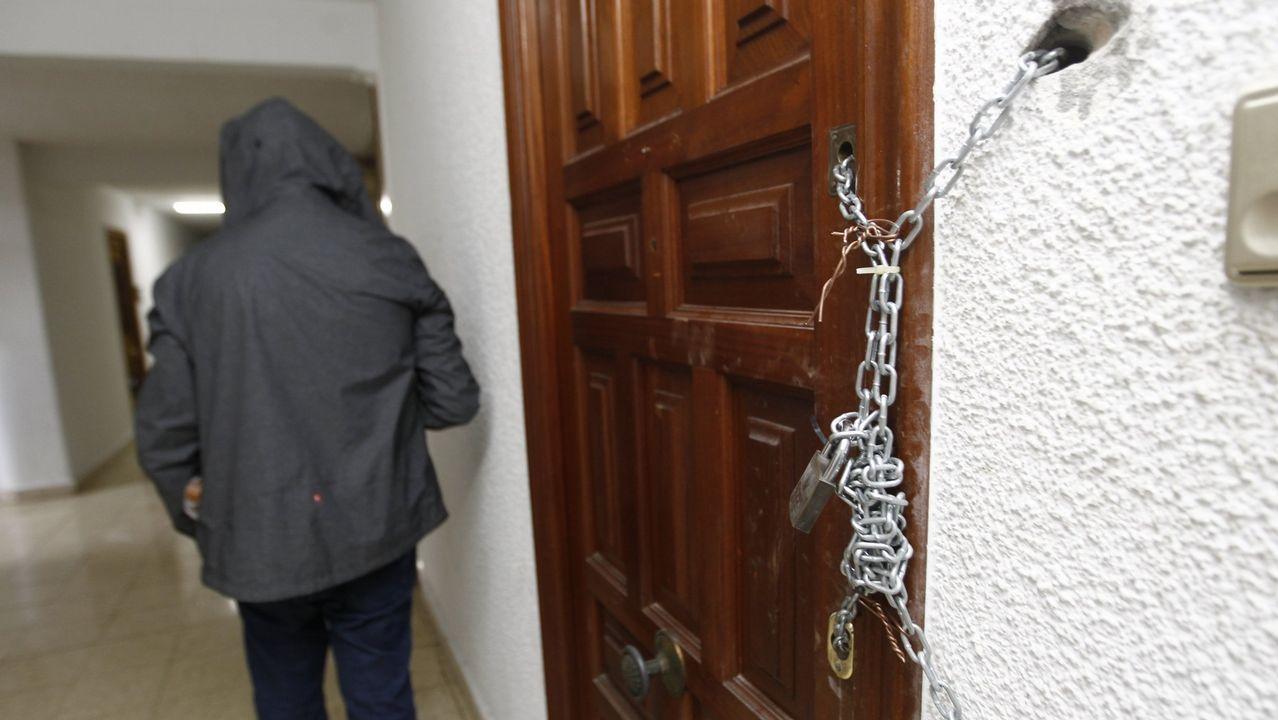 Nuevas cargas policiales en el desalojo de la Comandancia.FERNANDO DELANTE DEL PORTAL TAPIADO DE UN EDIFICIO DE CIUDAD VIEJA. OKUPAS