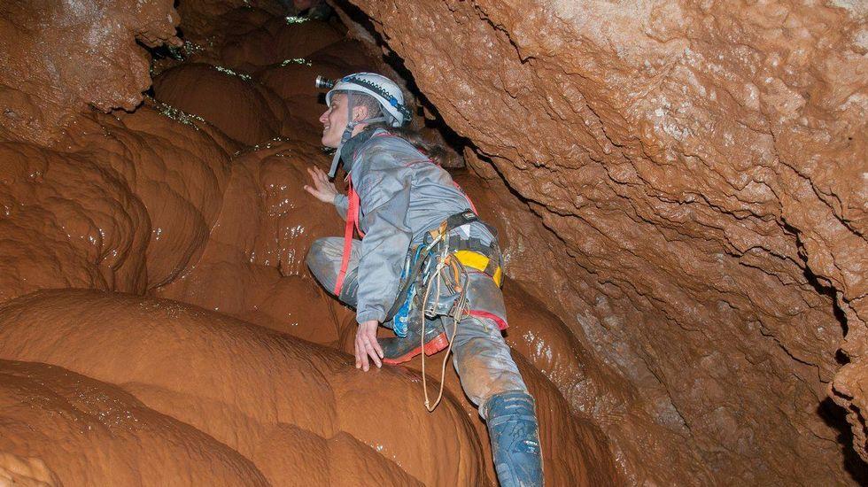 Outro momento da exploración da cova