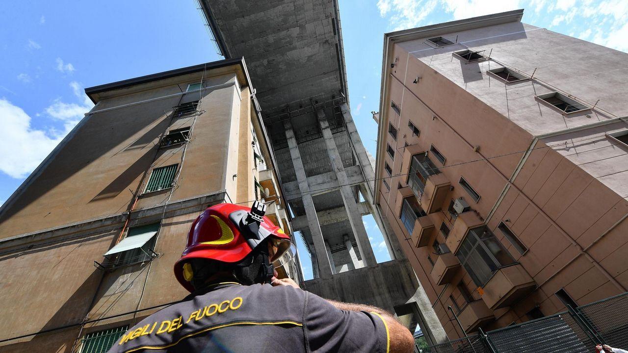 .Un bombero contempla los edificios junto al puente que se derrumbó el pasado martes en Génova. El presidente de la región italiana de Liguria, Giovanni Toti, anunció que antes de final de año se darán casas a las 311 familias que han tenido que ser desalojadas