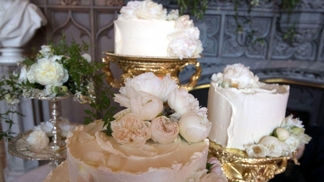 .La tarta fue otro de los detalles que rompieron con la tradición. Los pasteles de boda británicos acostumbraban a ser tradicionalmente tartas de fruta de varios pisos ornamentadas con esculturas de azúcar glaseado blanco. Pero Meghan y Harry han preferido cambiar. La tarta, preparada por la chef Claire Ptak (amiga de Markle), tenía ocho pisos y era de limón y flor de saúco.