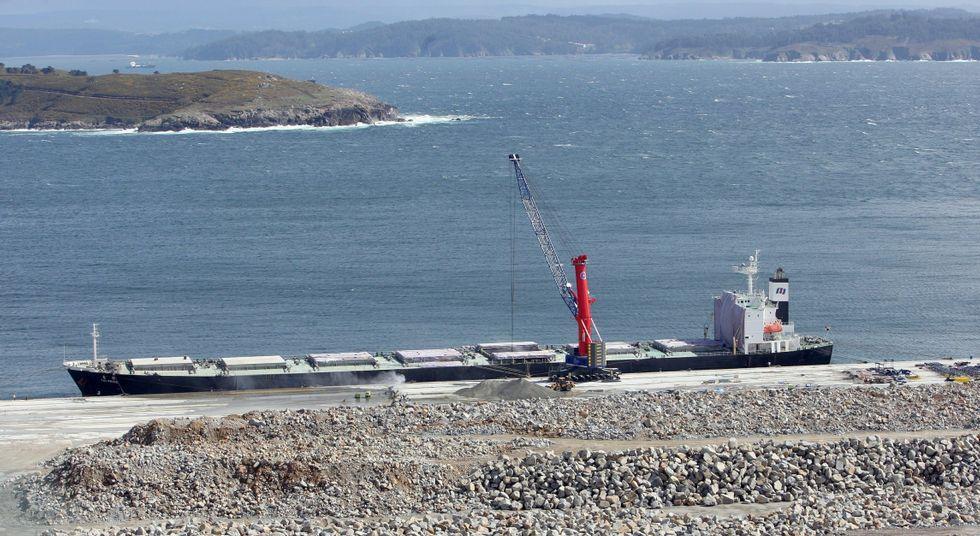 Imagen de archivo de uno de los primeros buques que descargaron clínker en Ferrol.