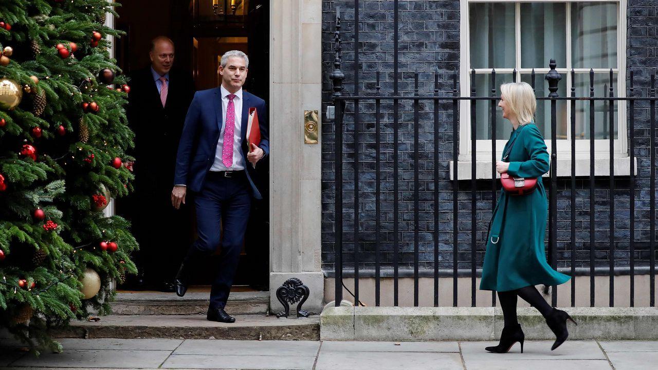 Los ministros del Gobierno desfilaron durante todo el día por el 10 de Downing Street