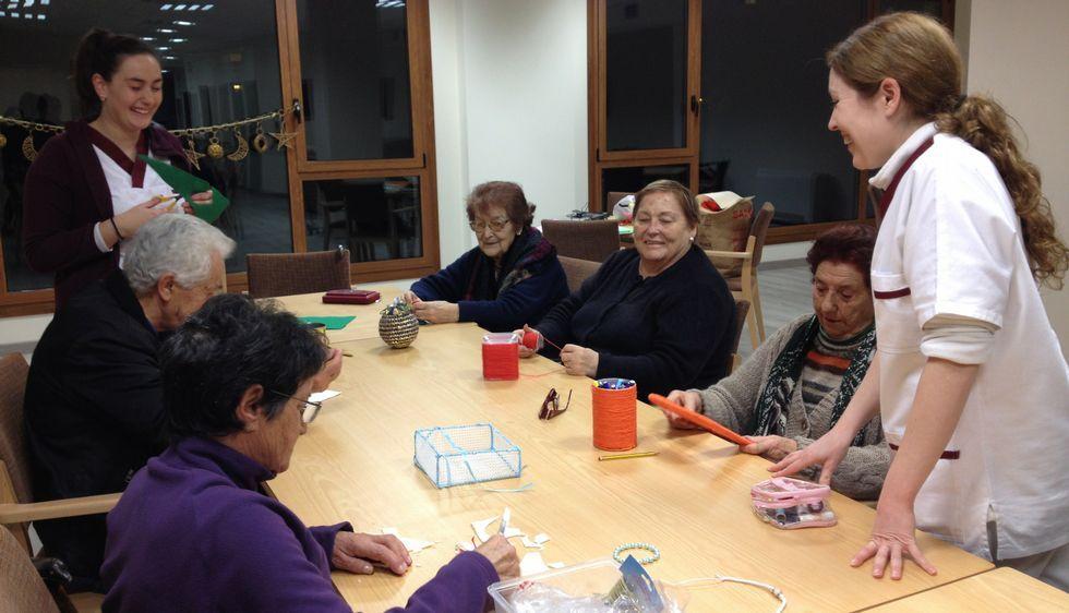 Los mayores del centro de día Vitais elaboran todo tipo de objetos que serán intercambiados por juguetes.