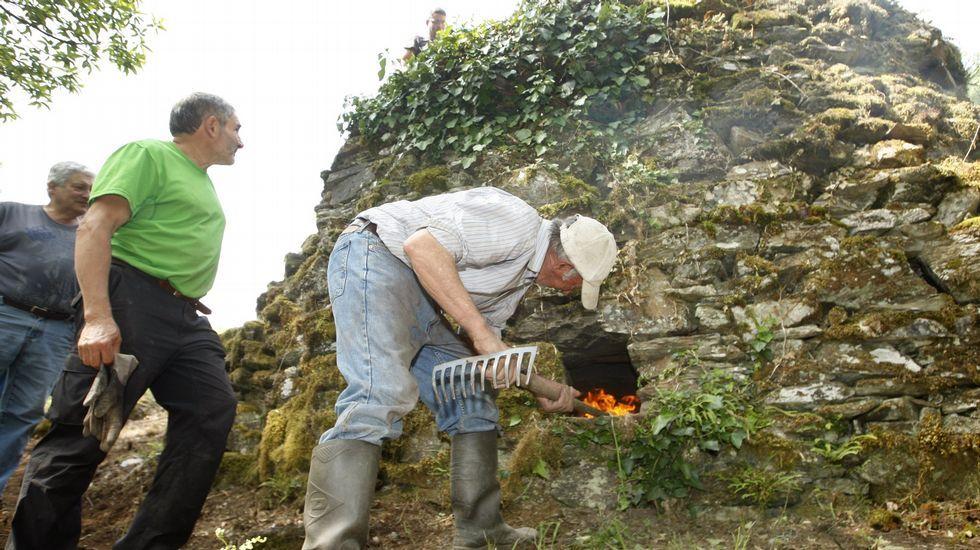 Calcinación de piedra caliza en el horno de cal de Vilamor do Courel, recuperado el año pasado