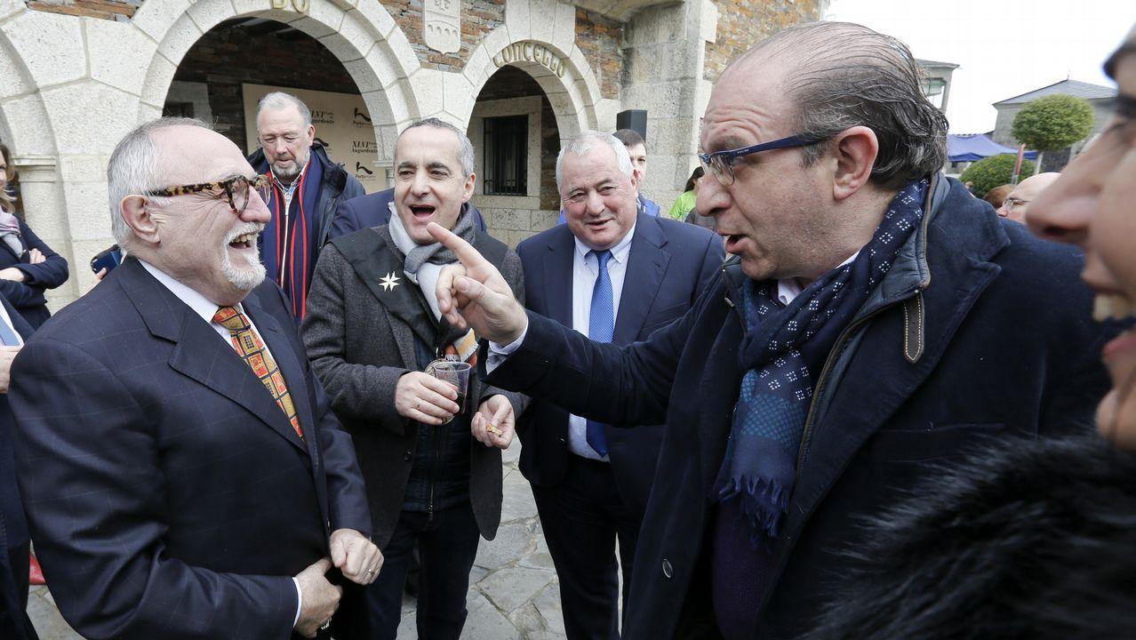 El humorista Moncho Borrajo (a la izquierda), que pronunció el pregón de la fiesta de Portomarín, departe con el alcalde de Taboada, Ramiro Moure
