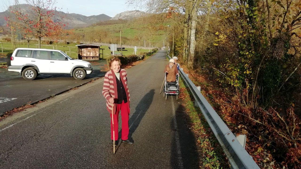 Vecinos pasean por la actual carretera que une Rioseco y Soto de Agues, en Redes