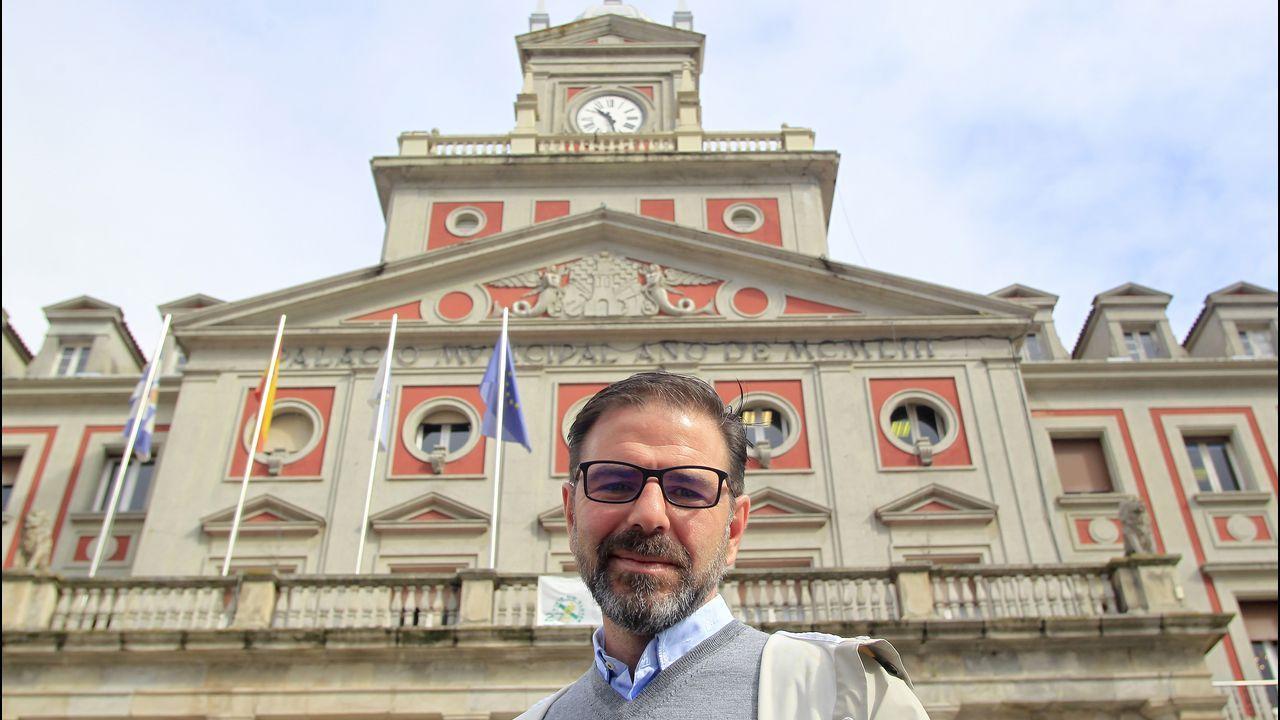Ángel Mato, concejal de Urbanismo durante el gobierno de Vicente Irisarri, frente al palacio consistorial. josé pardo