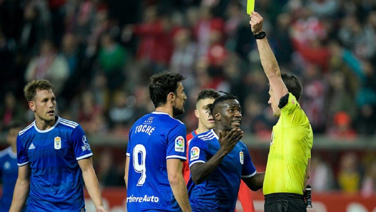 banderas aficion Carlos Tartiere Real Oviedo.Díaz de Mera muestra una tarjeta ante Carlos Henrández, Toche e Ibra