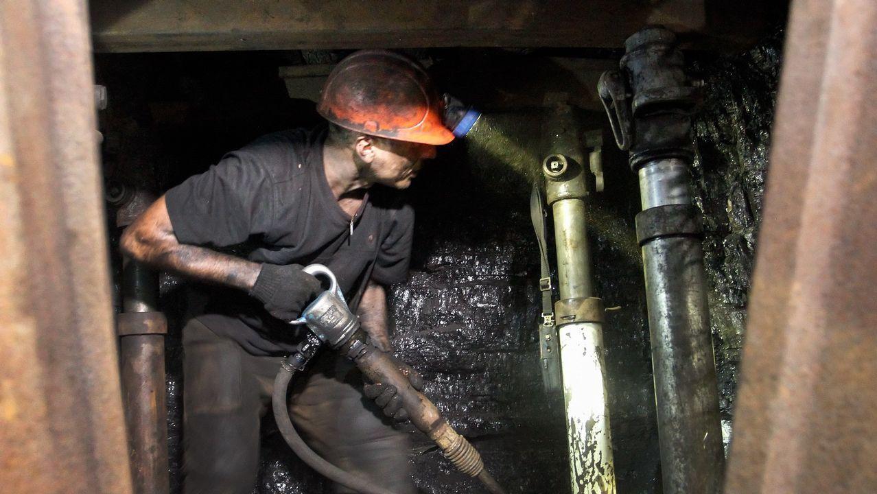 Un minero trabaja en la mina de carbón Belorechenscaya, en un territorio controlado por rebeldes prorrusos, a unos 20 km de la ciudad de Lugansk, Ucrania