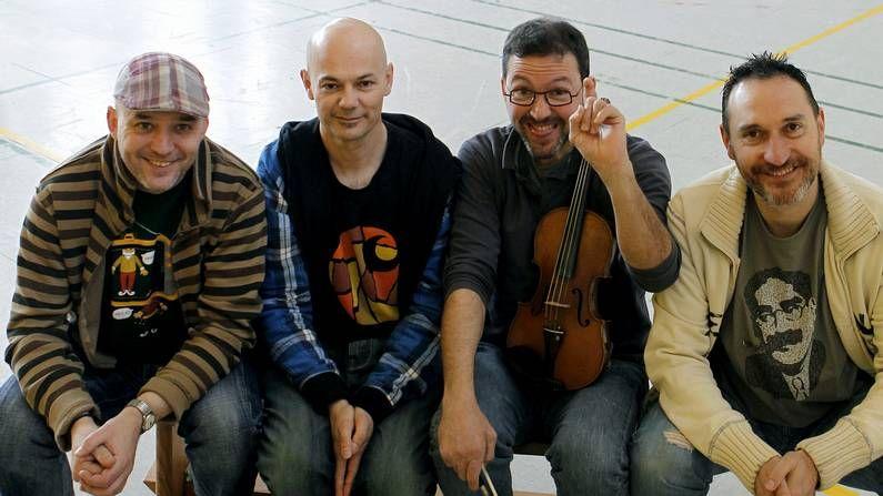 Nuevo tren directo entre Galicia y Portugal.Alberto González toca la gaita en el grupo navarro, que tiene hasta la fecha dos discos en el mercado.