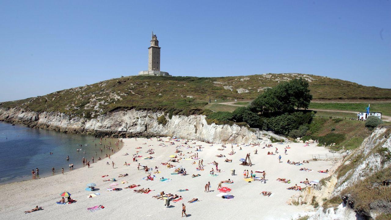 Voluntarios limpian 25 espacios naturales en Galicia.Limpieza de la playa de Razo