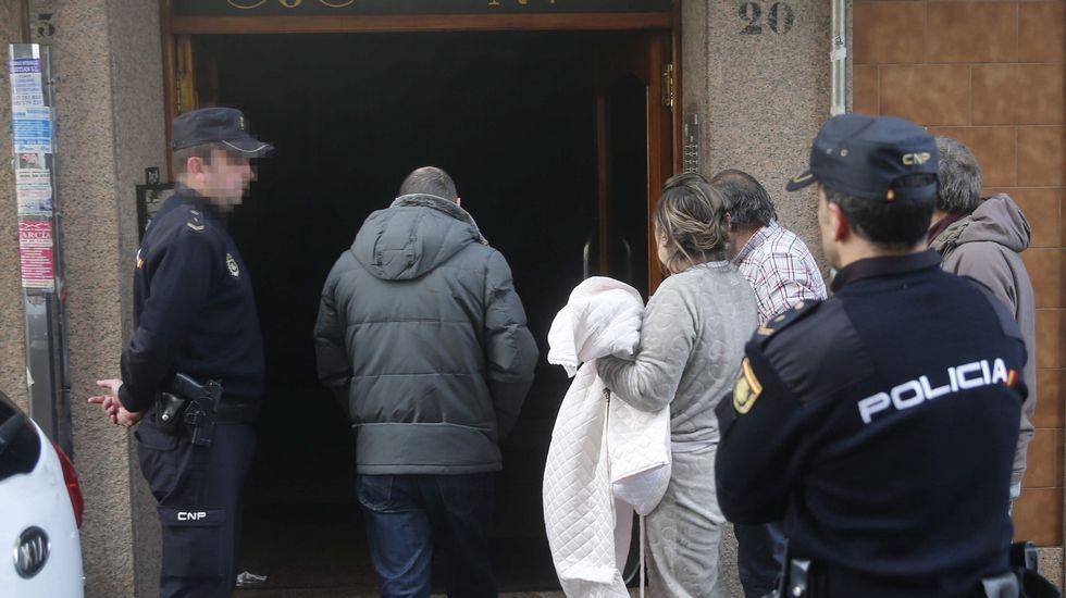 . Vista del portal en el que ocurrió el incendio de un edificio en la localidad de El Berrón