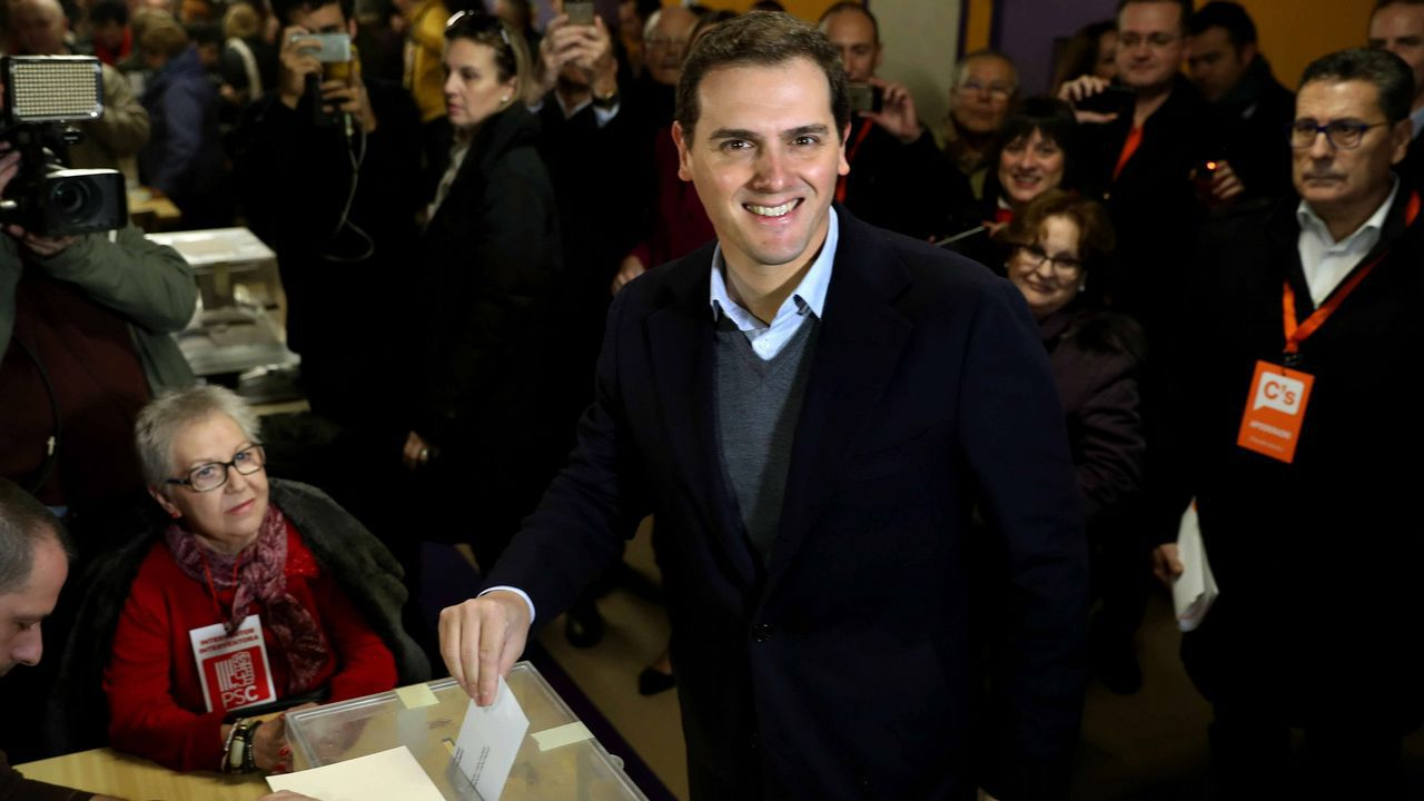 .El presidente de Ciudadanos, Albert Rivera, deposita su voto en un colegio electoral de L'Hospitalet de Llobregat.