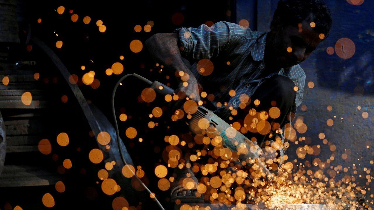 Un hombre trabaja en la zona industrial en Mumbai, India