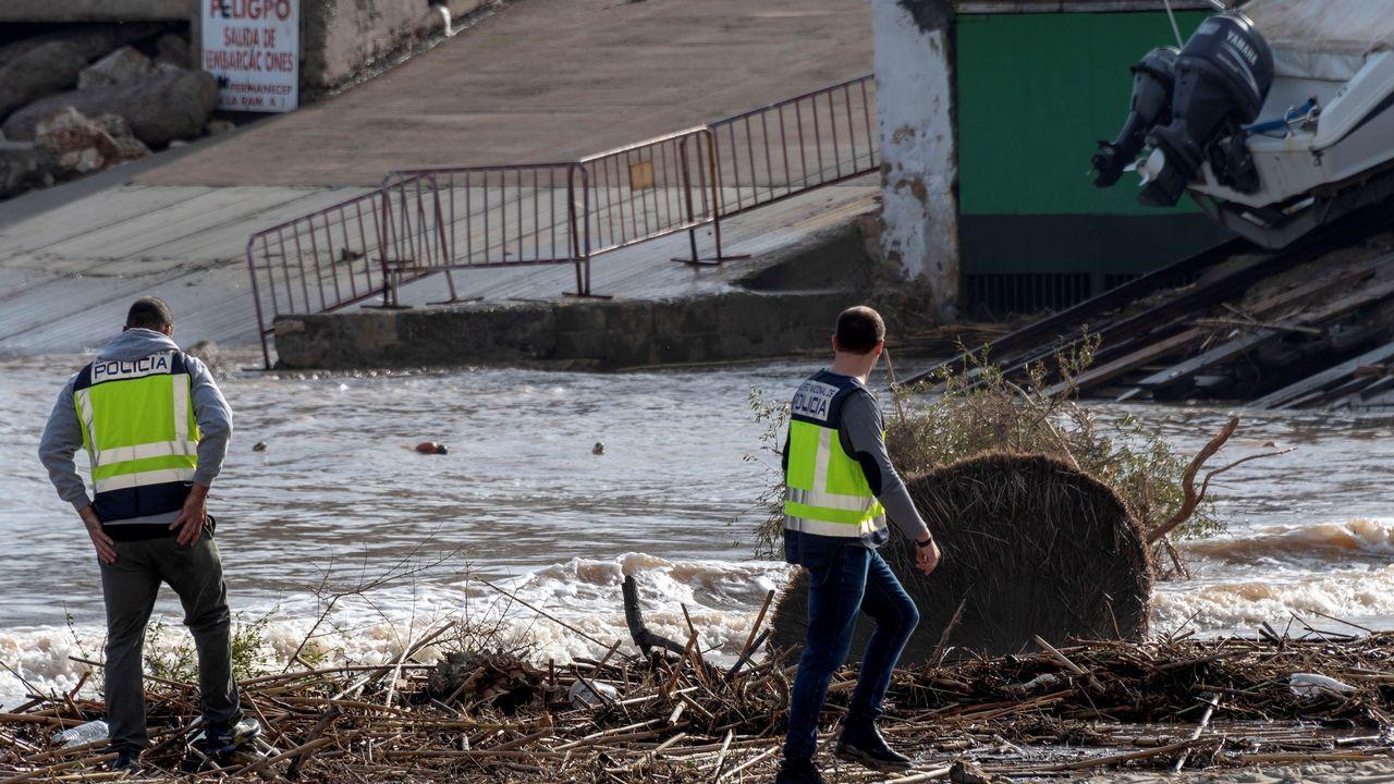 Los servicios de emergencia trabajan en la zona afectada por el desbordamiento del torrente de Sant Llorenç