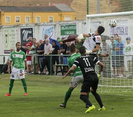 Las mejores imágenes de los partidos entre el Racing de Ferrol y el Compostela.Los racinguistas sufrieron un varapalo en casa del Atlético Astorga.